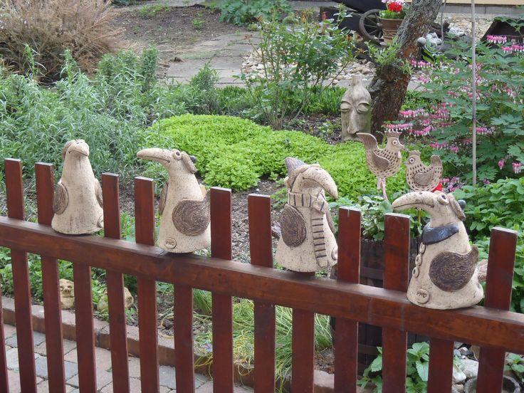 .....havrani na plotuuuuu........ Hrnky na plotě má už každej. Je čas na změnu. A proto si pořiďte ptáka na plot. A pokud nemáte plůtek, můžete ho posadit klidně do zahrady, na balkon, do květináče, jak je komu libo. Je z šamotové hlíny, patina oxidem, každý je jiný ,každý originál. Prosím při objednání připište, kterého ptáčka , jste si vybrali. Buď ...