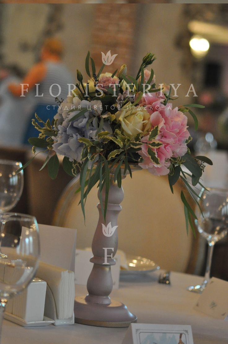 композиция на стол гостей на стильных деревянных подставках, сочетание розового и голубого