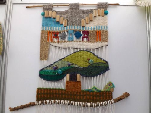 Tapiz decorativo técnica mixta. Lana natural, acrílica, vellón, corcho y ramas. Confeccionado en telar de tapices.