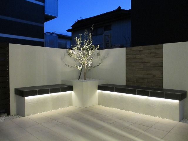 色と光のコントラストが魅了するプライベートリビング。 #lightingmeister #gardenlighting #outdoorlighting #exterior #garden #light #house #home #pinterest #contrast #living #private #bench #コントラスト #リビング #プライベート #家 #庭 #照明 #ベンチ