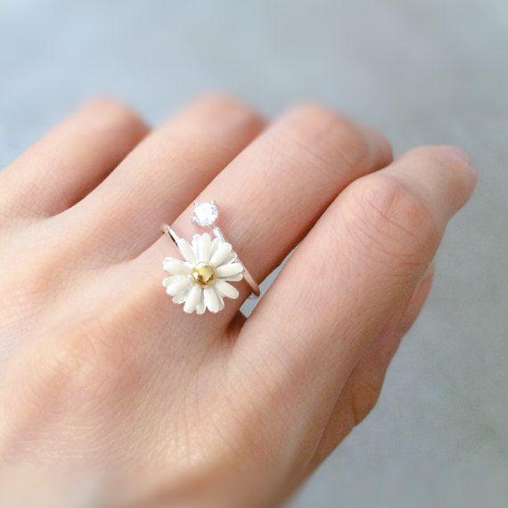 Weiße Daisy Ring. Weiße Hochzeit Blume Ring. von whimsyandmagic