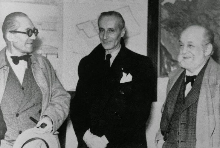 Robert Mallet-Stevens au centre de la photo avec à sa droite (à gauche sur le cliché) Le Corbusier et à sa gauche (à droite sur le cliché) Auguste Perret