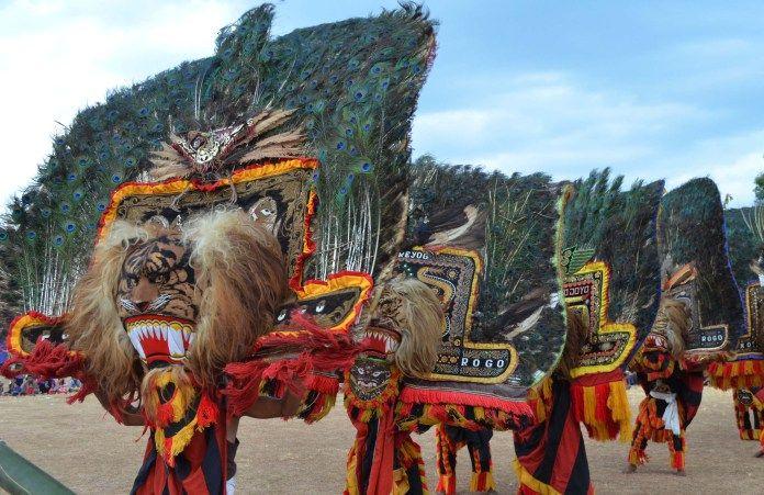 Reog Ponorogo adalah seni barongan asli Indonesia.