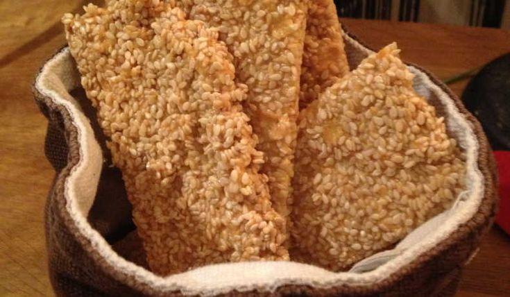 Sesamknäckebröd  -  Ett knäckebröd som är smidigt att göra och som blir riktigt gott. Smakar likt ryvitas sesamknäcke. Har även gjort en variant på det här brödet, se recept LCHF - knäckebröd med sesam och linfrö.