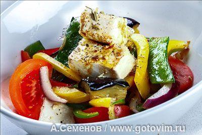 Теплый салат из обжаренных баклажанов и перца с тофу. Фотография рецепта