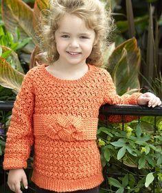 Teje este suave sweter para esa niña especial en tu vida. El moño de la amistad le agrega ese toque que la tranquilizará haciéndole saber que tu estarás ahí para ella.