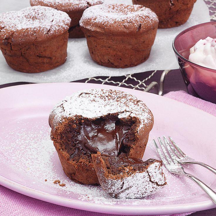 Kleine Schokokuchen mit flüssigem Kern. Mit Kirschsahne lauwarm serviert ein Hochgenuss für alle Schokofans. (Muffin Schokolade)