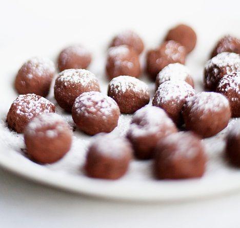 Makea tryffeli saa raikkautta mintusta. Kauniiden tryffelipallojen salaisuus on perunajauho.