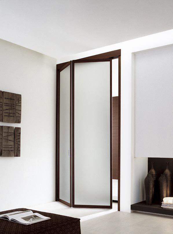 http://www.atresliving.it/porte-da-interni-a-milano/ Porta a soffietto singola, sempre con il rivestimento in wengè. Il vetro acidato è un filtro che separa le stanze facendo percepire la presenza dell'altro spazio.