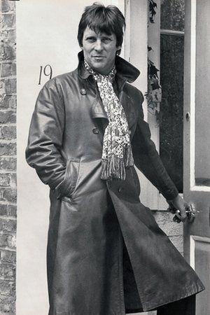 Джереми Бретт в плаще компания, а зеленый и красный шарф, 1975