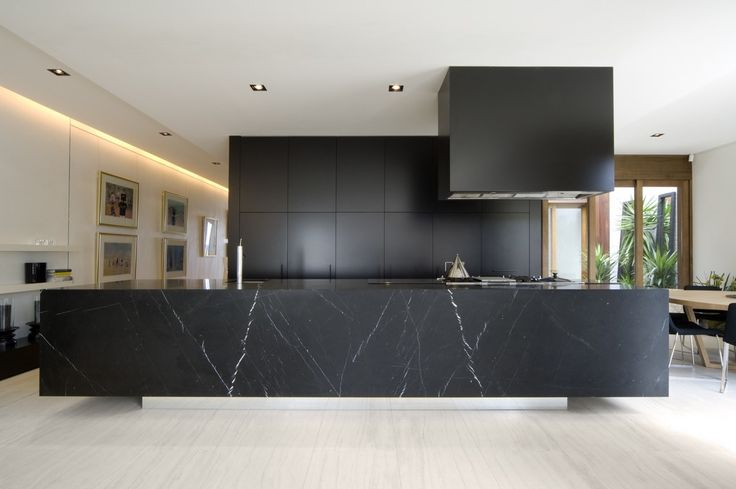 block-black-kitchen-large-marble-block-benchtop-wooden-flooring.jpg 1.200×798 Pixel