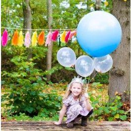 kinderfeestje versiering   grote ballonnen en zelfgemaakte slingers   PSikhouvanjou   ZOOK.nl #feestje #partijtje #kinderfeestje