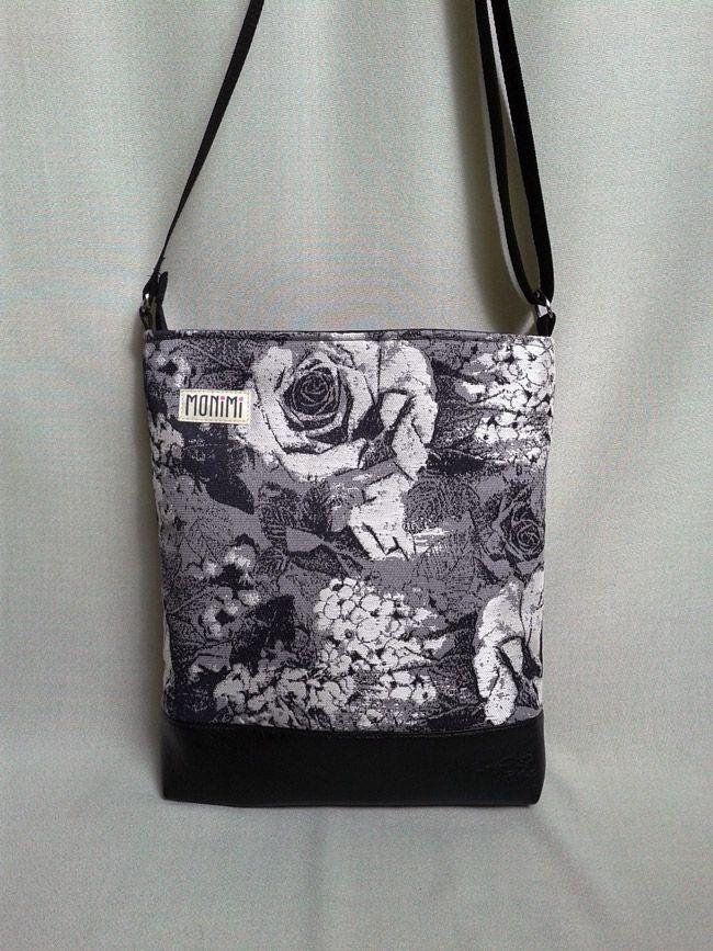 Gyönyörű szürkés-lila jacquard szövésű anyag és fekete textilbőr kombinációjával készült ez a #táska. A kompozíció úgy változik egy-egy táskán, ahogy az anyag kiadja a mintát, ezért két teljesen egyforma nem fog készülni belőle!