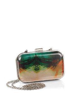 Esprit acc Väska Rumer Clutch Väska Rumer Clutch från Esprit är en liten, hård väska med läckert mönster. Kedjan kan enkelt tas av eller vikas in i väskan. Väskan stängs med metallås och är textilfodrad. Väskan har ett hårt genomskinligt plasthölje runt om.<br>Mönstret och färgerna kan skifta något.<br><br>Av 100% PAN<br>Foder: textil<br>Mått ca 16 x 10 x 6 cm<br>Kedja ca 123 cm lång