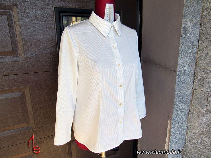 Quando indossiamo una camicia bianca non sbagliamo mai!  Semplice, con o senza collo, con chiusura a bottoni o a zip ( la mia preferita), linea dritta o sciancrata, rubata dal guardaroba di vostro marito o femminilissima per taglio e tessuto, quando indossiamo una camicia bianca non sbagliamo mai!  Finalmente, prima di cimentarmi a rinnovare il guardaroba di una cliente, sono riuscita cucirmene una! Ho scelto però maniche da uomo senza polsino perché a mio parere danno un tocco più moderno…