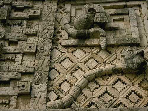 Скульптура гремучей змеи на стене монастыря, Уксмал Древние города ацтеков и майа: фото