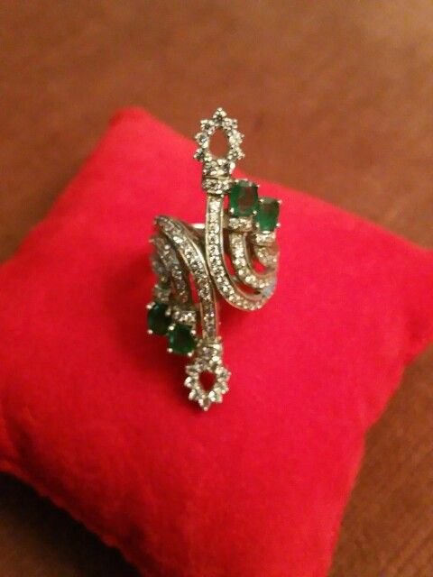 RING WHITH SINTETIC WHITE DIAMONDS AND EMERALDS