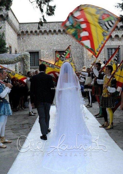 Emozionante arrivo degli sposi al Castello Medievale tra sbandieratori e consegna delle chiavi del castello.