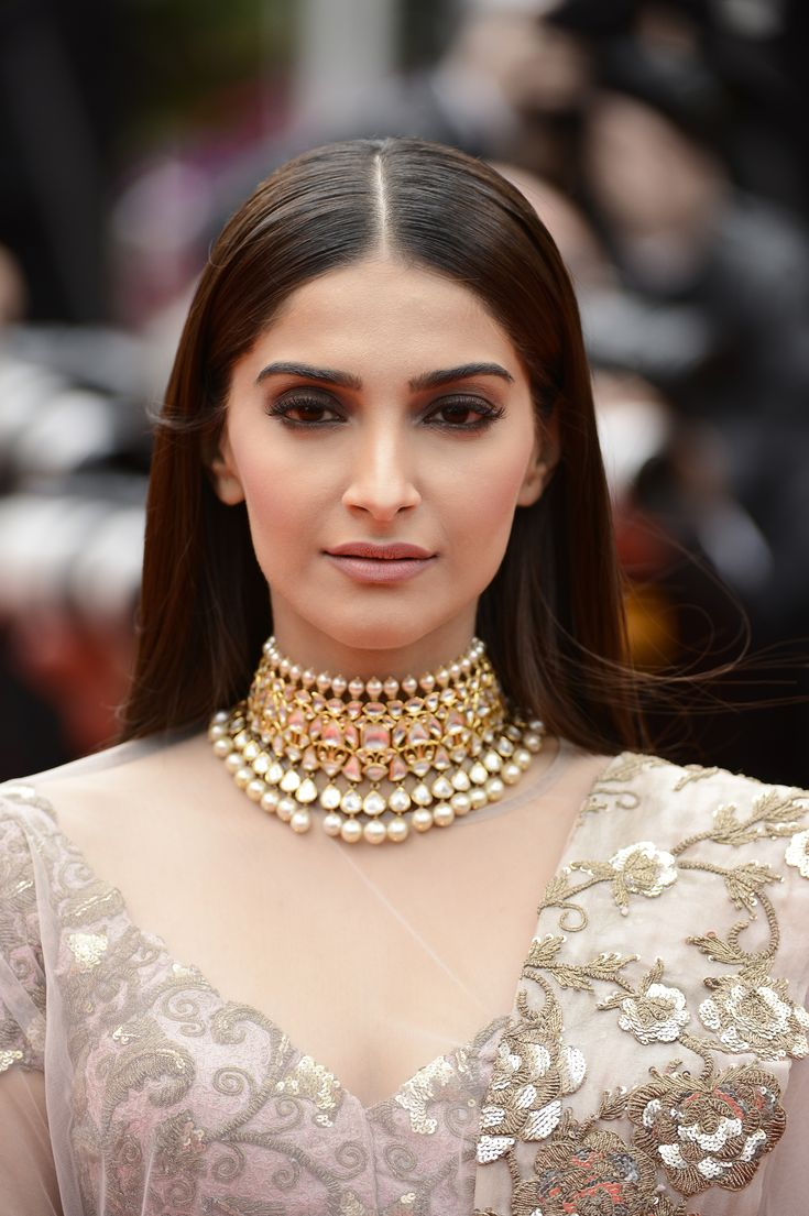 #SonamKapoor makes the perfect statement on the #Cannes2014 red carpet.