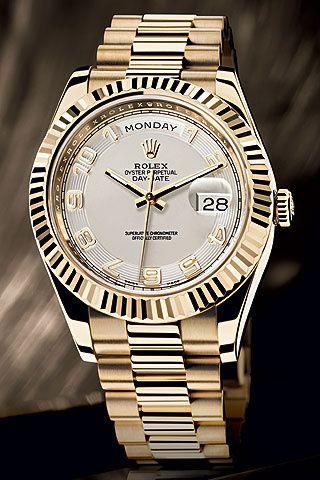 Reloj con caja de oro amarillo de 18 quilates, bisel estriado y esfera de marfil con números árabes, de Rolex.