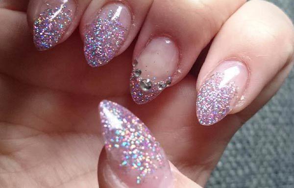 Diseños de uñas con escarchas, Diseño de uñas acrilicas con escarcha acrilicas garra.   #diseñodeuñas #nailsdesign #uñasconbrillos