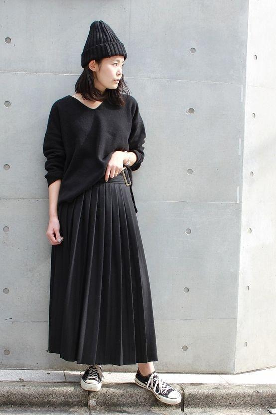 ◆オールブラック 全体を黒のワントーンでまとめつつ、プリーツスカートで女性らしさをプラスしたスタイリングです!