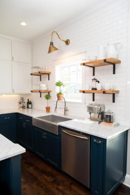 Newly+enlarged+windows+and+white+subway+tile+help+brighten+up+the+space+openshelves+Gooseneck light