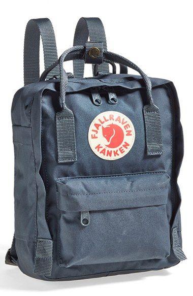 Fjällräven Mini Kånken taske i navy/mørkeblå med August's navn på. Helst inkl.  brystspænde!
