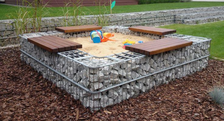 Kivikoreista rakennettu hiekkalaatikko toimii lasten kasvettua esimerkiksi penkkinä taikka kukkapenkkinä! Tähän on myöskin mahdollista asentaa puuosat koko matkalle. #hiekkalaatikko #kivikori #pihajapuutarha #greendesign #kukkapenkki