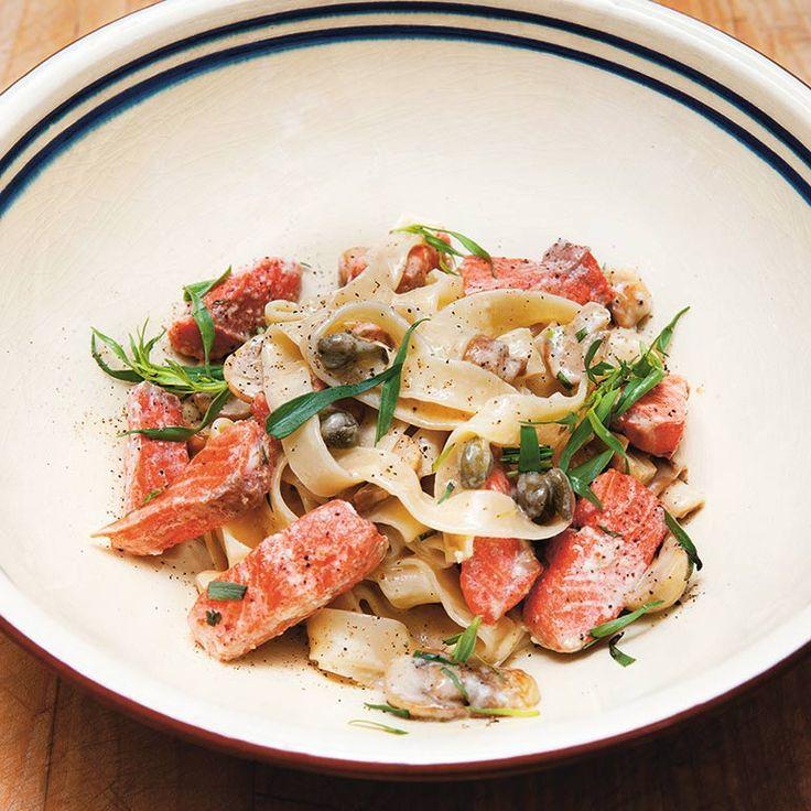 Deze pasta met zalm van duurzame visexpert Bart van Olphen is het perfecte gerecht voor op een doordeweekse dag. Serveer eventueel met een simpele groene salade.    1 Kook de pasta in ruim kokend watermet flink wat zout. De kooktijd hangt...