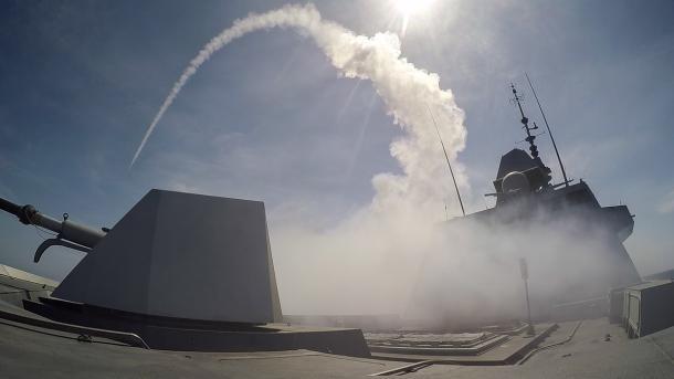 FREMM : succès du premier tir de Missile de Croisière Naval   colsbleus.fr : le magazine de la Marine Nationale. La frégate Aquitaine, tête de série du programme des frégates multimissions (FREMM),  vient de tirer avec succès ses premiers missiles Mer-Mer 40 Exocet et missile de croisière naval (MdCN). Ces tirs ont été réalisés respectivement les 12 et 19 mai au centre DGA Essais de missiles au large de l'île du Levant. Ces deux tirs de synthèse préparés par l'équipage de la Marine…
