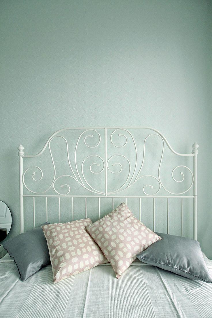 Białe metalowa rama łóżka w nowoczesnej sypialni