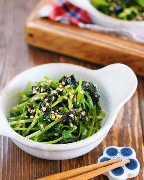 """""""豆苗""""を使ったやみつき副菜! 作り方は、めちゃめちゃ簡単!!! 豆苗をザクザク切ったら あとは、韓国海苔+めんマヨで和えるだけ。 淡白な豆苗も、海苔の風味と めんマヨのコクで ペロっと食べれちゃいますよ〜♪ ちなみに、こちら 豆苗1袋で作るとかなり少ないので 倍量で作るか、もしくは もやしを加えてカサ増ししても♡"""