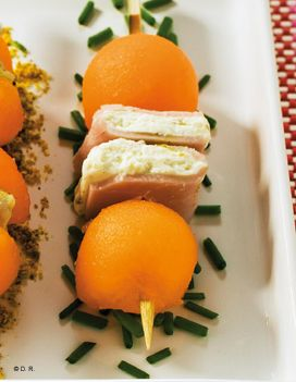 Recette Mini brochettes de melon Charentais jaune et sandwich jambon-fromage frais : Coupez le melon Charentais jaune en deux, enlevez les pépins puis à l'aide d'une cuillère adaptée, préparez 24 billes de melon, ou des cubes. Étalez la moitié du fromage sur 1 tranche de jambon. Recouvr...