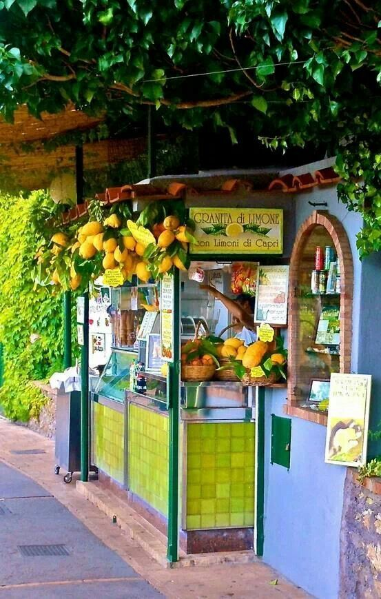 lemon stand in Capri, Italy  {This is where to find my favorite thing to drink in Capri}