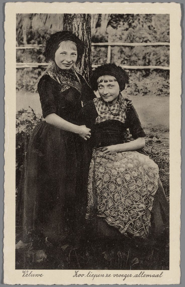 Twee meisjes in Veluwse streekdracht. na 1921 #Veluwe #Gelderland #oudedracht
