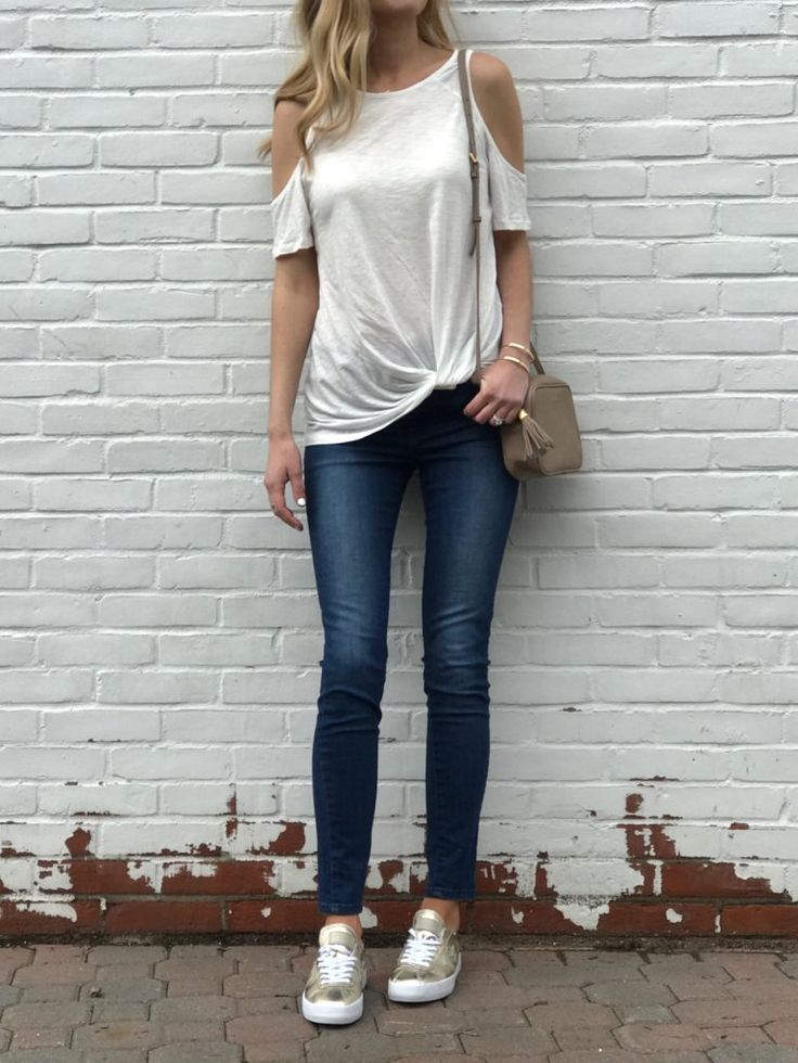 spring outfit ideas: knotted tee and jeans and sneakers