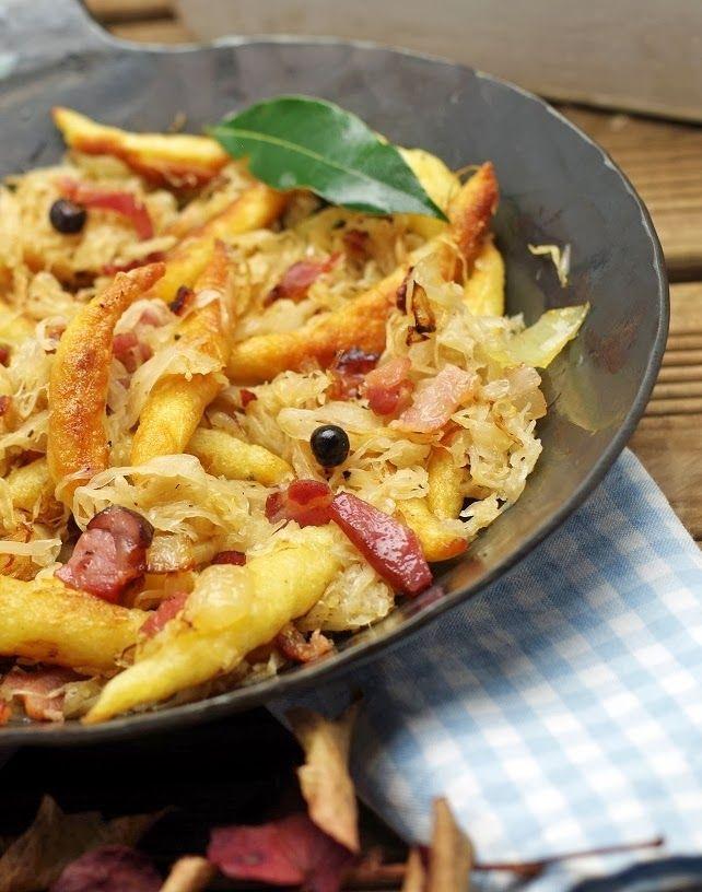 Für die Schupfnudeln Zutaten: 500 Gramm gekochte Kartoffeln vom Vortag 500 Gramm Mehl 2 Eier Prise Muskat Salz nach Geschmack Rapsöl