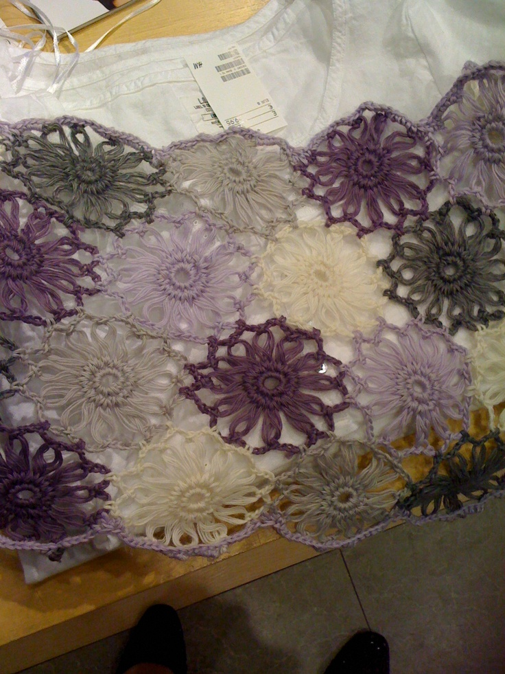 I wanted to make this beautiful scarf in my own selection of colours, I tried to use a flower loom, but had no luck
