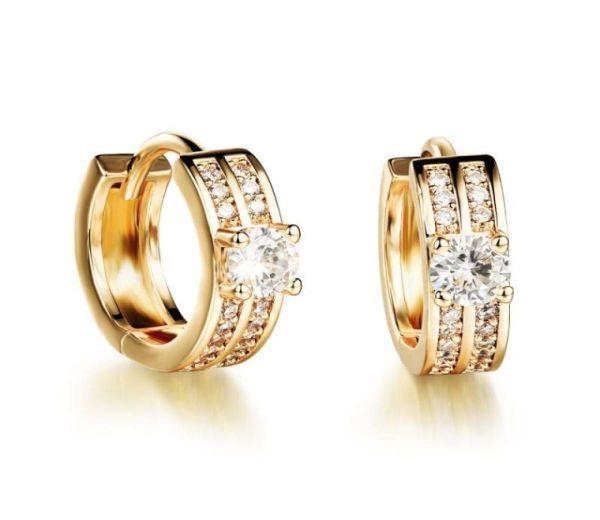 Cercei placati cu aur de 18k, 2 microni cu o piatra zirconia de 0.3cm si pietricele micropave albe