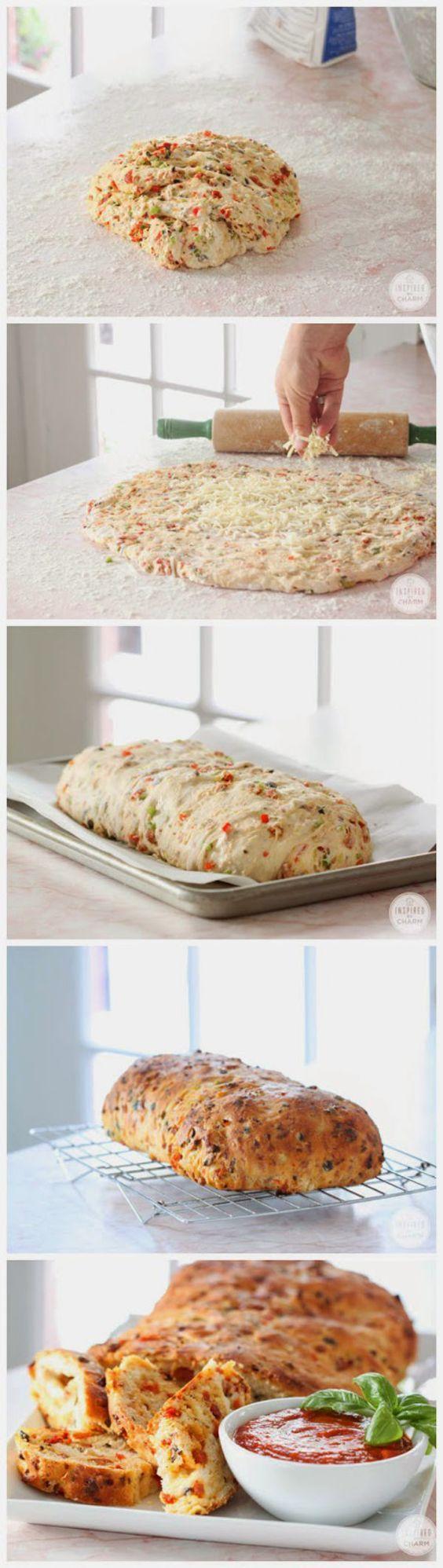 Pizzabrot mmm sieht das lecker aus. Pizzateig machen oder fertig kaufen und dann mit Pepperoni, Sonnengetrockneten Tomaten, Zwiebeln, Oliven, Pfeffer und Knoblauch bestreuen. Pamezan Käse und geriebenen Mozzarella darüber verteilen. 1 Esslöffel Olivenöl dazu geben und dann gut durch kneten. Marinara Sauce zum Dippen benutzen und fertig