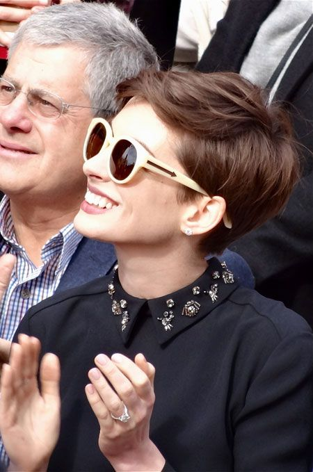Anne Hathaway looking cute in Prada. Short hairdo, Twiggy style. // Anne Hathaway, très jolie en Prada. Coupe courte à la manière de Twiggy.