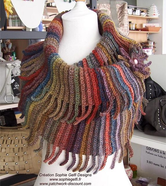 Warm and stretchy, this cowl with his fringy edges is very easy to make. You only need to know how to do chain, slip stitches and single crochet. It fit all sizes, you'll just have to do more rows to make it bigger, no increases or decreases needed.