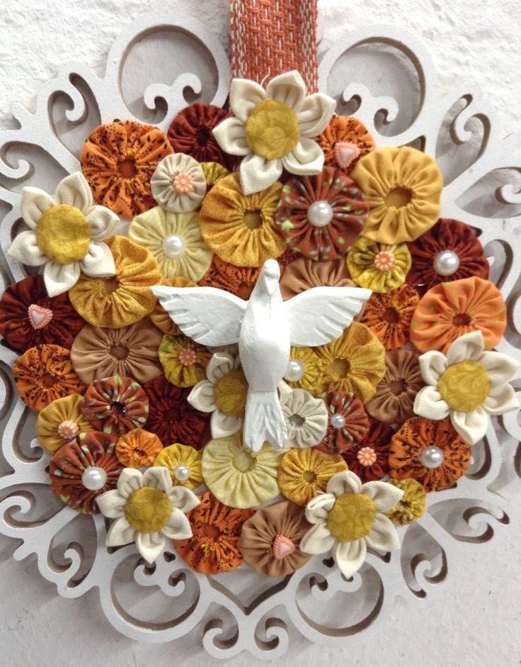 Mandala em mdf do Divino Espírito Santo com aplicaçao de fuxicos,flores em tecido ,meia- pérolas e pequenos detalhes variados. Pode ser feita em outras cores.