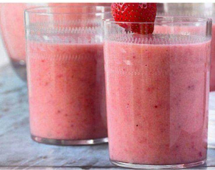 Frisse Ontbijt Smoothie :) 1 glas magere yoghurt 1 banaan 1/2 glas sinaasappelsap  6 aardbeien Mixen maar...
