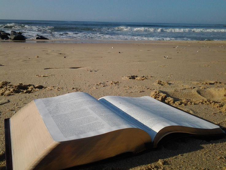 2 Timoteo 4:3 Porque llegará el día en que la gente no querrá escuchar la buena enseñanza. Al contrario, querrá oír enseñanzas diferentes. Por eso buscará maestros que le digan lo que quiere oír.