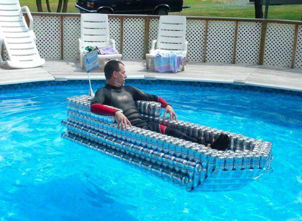 insolite bateau canette piscine