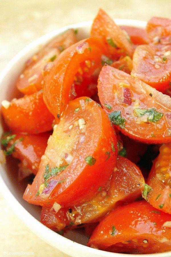 Met deze gemarineerde tomaten haal je alvast een klein beetje de lente in huis.