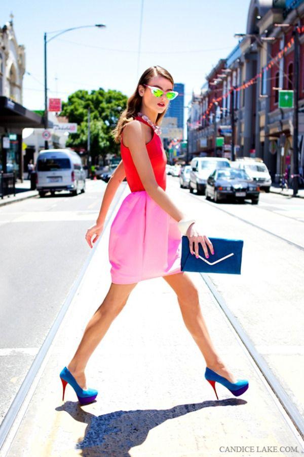 キュートなレッド×ピンク×ブルーの組み合わせのカラーブロッキングスタイル ◇◆◇ビビットカラーのファッション スタイル参考コーデ◇◆◇