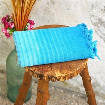 Mavi Pamuk Peştemal - Koleksiyonun canlı renkleri; mavi okyanuslardan, sualtı bitkilerinden ve yine sualtı hayvanlarından ilham alıyor. Baskı, batik ve suluboya efektleri ile dalgaları, akarsuları ve doğal yaşamı tasvir ediyor. Ebat: 85 x 150 cm Renk: Mavi Kumaş Türü: %100 Pamuk Paket İçeriği: 1 Adet Peştemal Ürün Özelliği: Özel El-yapımı Batik Boyama yönteminin uygulandığı bu peştemaller; Yüksek su emişi, kolay kuruması, inceliği ve rahat taşıma özellikleri ile Evde, plajda ve…